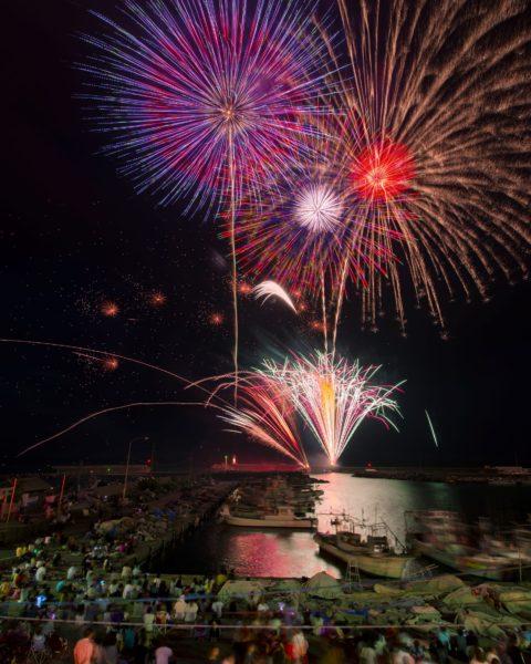 港町の夜空を彩る大輪の花火は迫力満点!大山町納涼花火大会